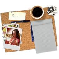 Забавная рамка чтобы карточка во стиле полароид, лежит получи офисном столе