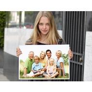 Фотоэффект онлайн со знаменитостями - милая Сейфрид держит постер от вашим фото