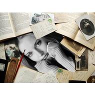 Старинная рамка с целью фотоотпечаток - середи книг, открыток да писем